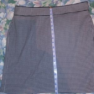 Banana Rep. Black & white lined skirt sz 14